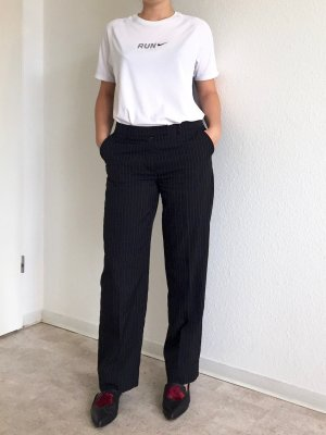 Schwarze klassische strech Hose mit weißen Streifen