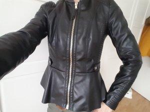 schwarze Kunstleder Jacke mit Schößchen