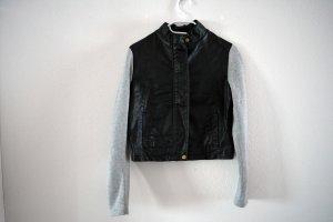 schwarze Kunstlederjacke mit grauen Stoffärmeln
