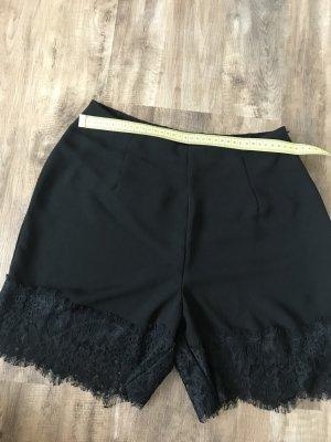 Schwarze kurze Hose mit Spitzensaum