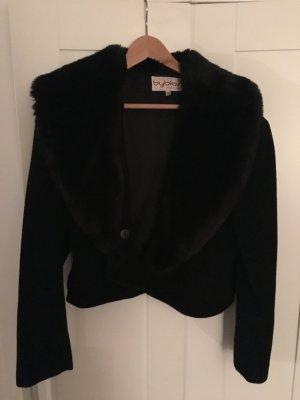 Schwarze, kurze Jacke mit Fellkragen