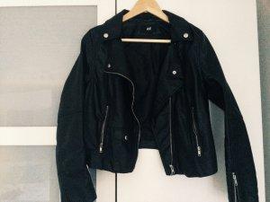 Schwarze, kurze Lederjacke