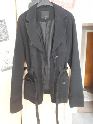 Schwarze Kurzmantel