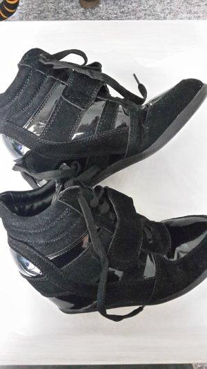 schwarze Lackkeilsneaker