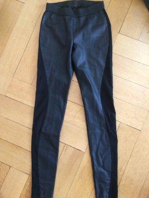 Schwarze lange Lederhose