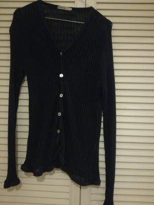 Schwarze lange Strickjacke mit weißen Knöpfen