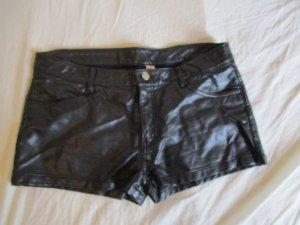 Schwarze Lederimitat Hotpants