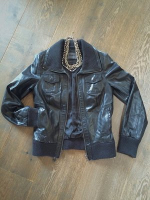 Schwarze Lederjacke aus Kunstleder