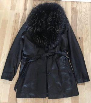 Schwarze Lederjacke mit Fuchsfell