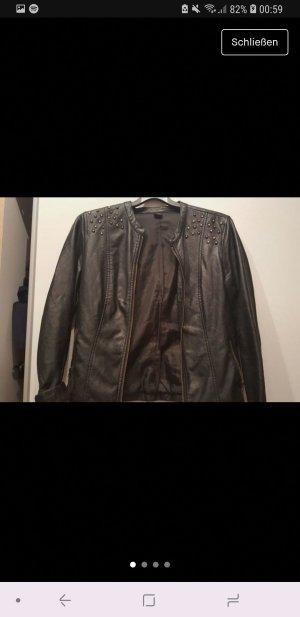 Schwarze Lederjacke mit goldenen Details