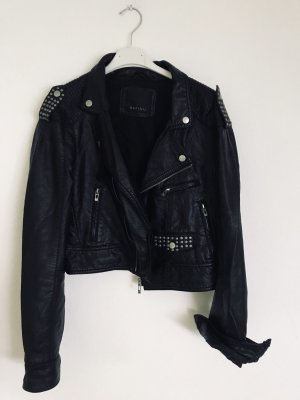 Schwarze Lederjacke mit Nieten