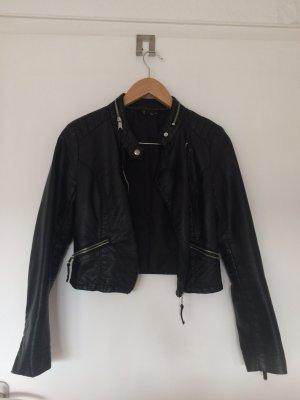 Schwarze Lederjacke mit silbernen Reisverschlüssen