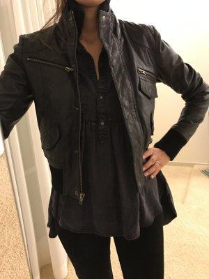 Schwarze Lederjacke von Gestuz