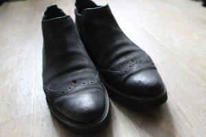 Schwarze Lederschuhe mit Gummisohle