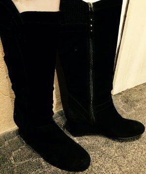 Schwarze Lederstiefel mit Keilabsatz