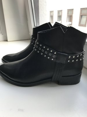 Schwarze Lederstiefel mit Nieten