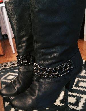 Schwarze Lederstiefeletten mit Kettendetails von Tamaris