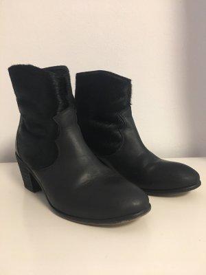 Schwarze Lederstiefletten mit Fell von Berenice