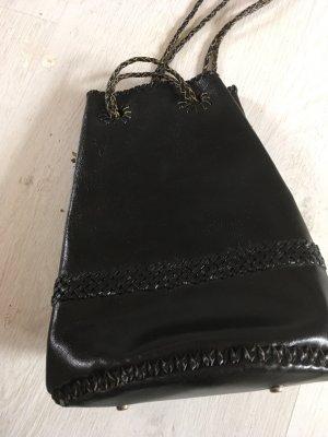 Schwarze ledertasche geflochten