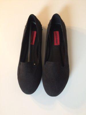 Schwarze Loafers mit Nieten an der Rückseite