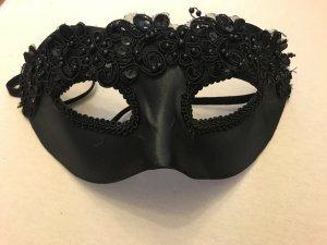 schwarze Maske ungetragen