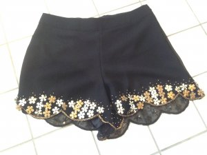 Schwarze, mit Perlen bestickte Shorts