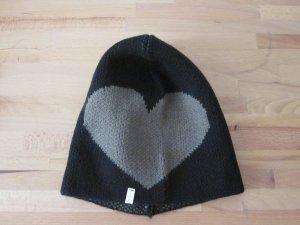 schwarze Mütze mit Herz seitlich