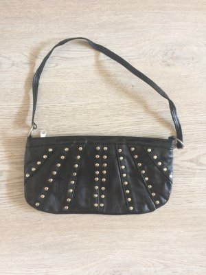Schwarze Nietenhandtasche