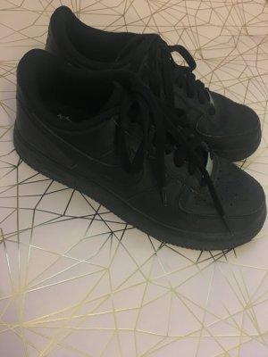 Schwarze Nike Air Force