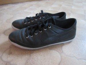 Schwarze Nike-Sneakers
