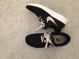 Schwarze Nike Sneakers