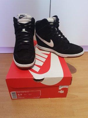 schwarze Nike WMNS Dunk Sky Hi