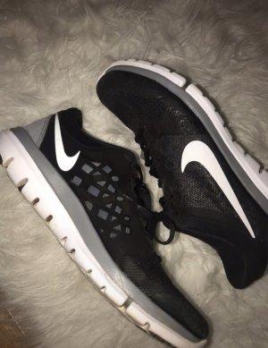 schwarze Nikeschuhe