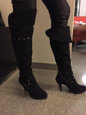 schwarze Overknee-Stiefel mit silbernen Nieten