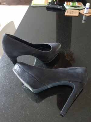 Schwarze Pumps mit Applikationen