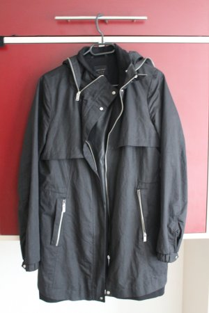 Schwarze Regenjacke mit Kapuze