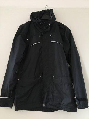 Schwarze Regenjacke mit silbernen Reflektoren