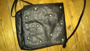 schwarze rockige handtasche