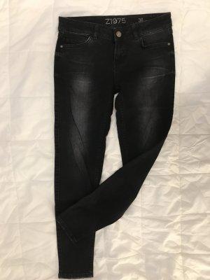 Schwarze Röhre/Jeans mit Waschungen