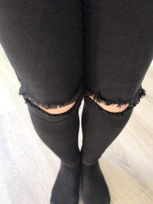 Schwarze Röhren Jeans mit Knie-Cuts, Gr. S von ONLY