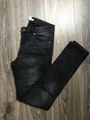 Schwarze Röhrenjeans
