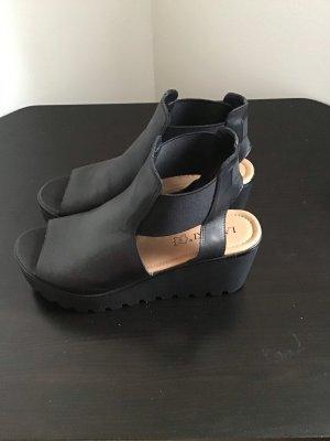 Schwarze Sandalen mit hohem Absatz