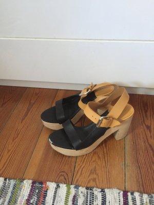 Schwarze Sandalen mit Holzabsatz