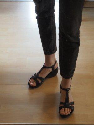 Schwarze Sandalen mit Keil-Absatz