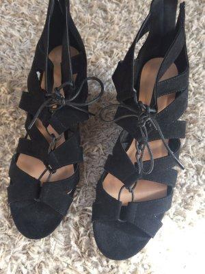 Schwarze Sandalen mit Keilabsatz