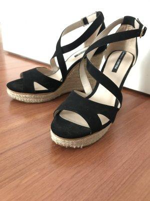 Schwarze Sandalen mit Keilabsatz von Pull & Bear