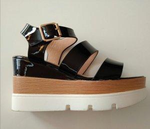 Schwarze Sandalen mit Lackleder