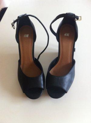Schwarze Sandalen mit samt Absatz platou