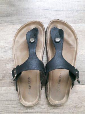 Schwarze Sandalen mit Zehentrenner