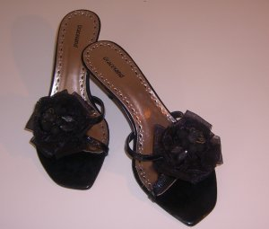Schwarze Sandaletten mit Blütenbesatz - NEU!
